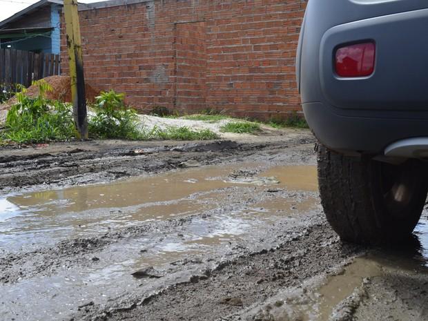 Dificuldade do lamaçal á enfrentada até por carros (Foto: Abinoan Santiago/G1)