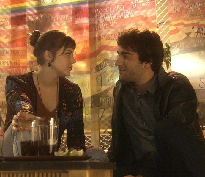 Casal vai ao teatro em seu primeiro encontro (Foto: TV Globo)