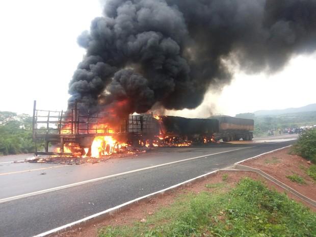 Carretas pegaram fogo e três pessoas morreram na BR-158 nesta terça-feira (Foto: Leandro kervalt/ Arquivo pessoal)