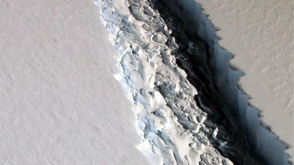 Imagem de arquivo mostra iceberg gigante prestes a se desprender da Antártica (Foto: Nasa)