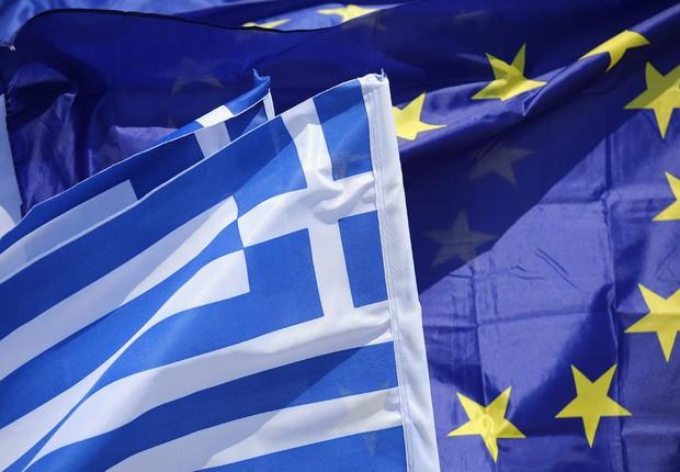 Bandeiras da União Europeia e da Grécia enfeitam a barraca de um camelô em Atenas, Grécia, horas antes de o governo fechar acordo com credores na zona do euro (Foto: Christopher Furlong/Getty Images)