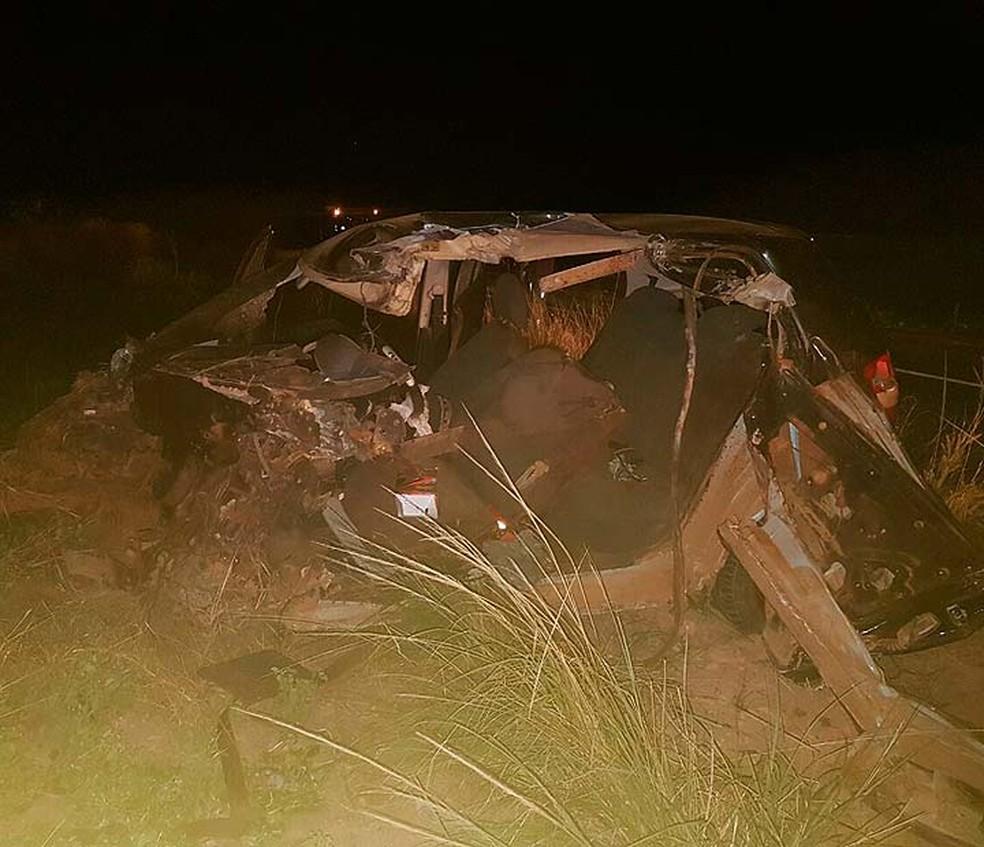 Carro envolvido em acidente na BR-020 ficou destruído e motorista morreu (Foto: Weslei Santos/Blog do Sigi Vilares)