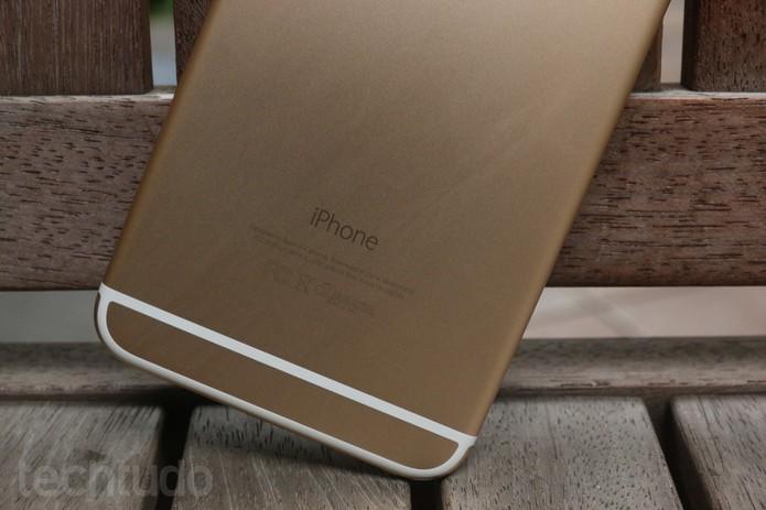 Detalhe das linhas brancas na traseira do iPhone 6 Plus (Foto: Lucas Medes/TechTudo)