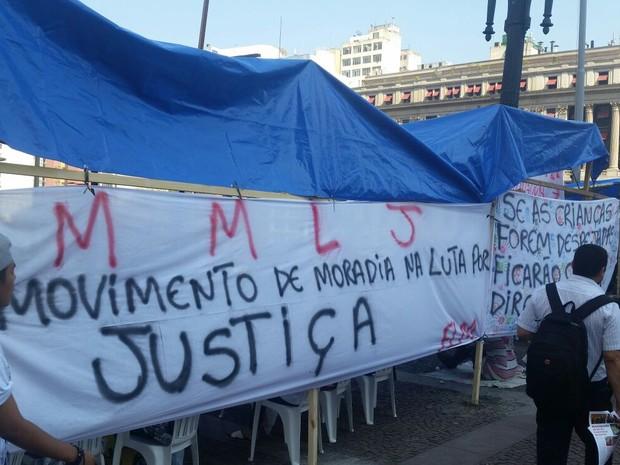 Protesto contra reintegraçãod e posse em frente à Prefeitura (Foto: Tatiana Santiago/G1)