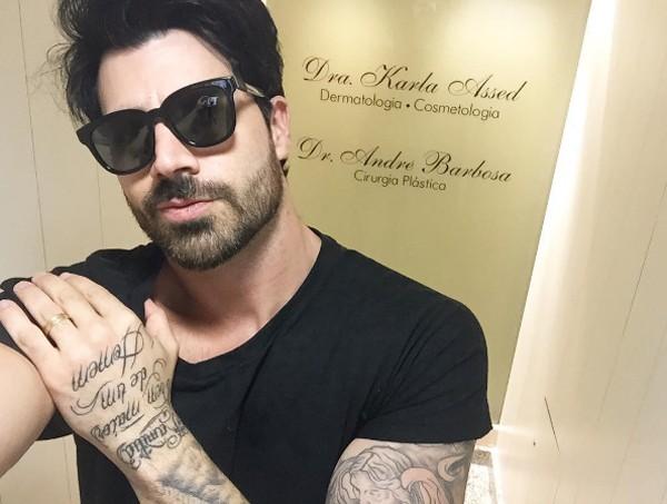 Rodrigão também fez aplicação de Botox, mas preferiu usar óculos escuros ao fazer uma selfie na clínica (Foto: Reprodução / Instagram)