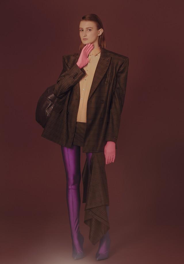 Blazer, camisa, saia, bolsa e botas, tudo Balenciaga. (Foto: Rafael Pavarotti)