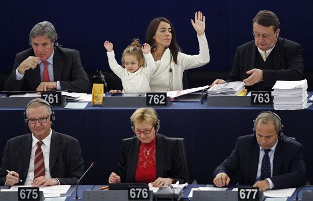 Licia Ronzulli com a filha durante votação do Parlamento Europeu na terça-feira. (Foto: Vincent Kessler/Reuters)