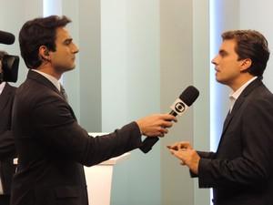 Vinicius Camarinha foi entrevistado por Evandro Cini após o debate da TV TEM (Foto: Heloísa Casonato/G1)