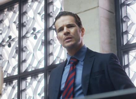 Vitor se revolta ao saber que vai ser investigado sobre paternidade de Lucas