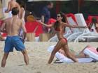 Izabel Goulart exibe corpo perfeito em dia de praia com Kevin Trapp
