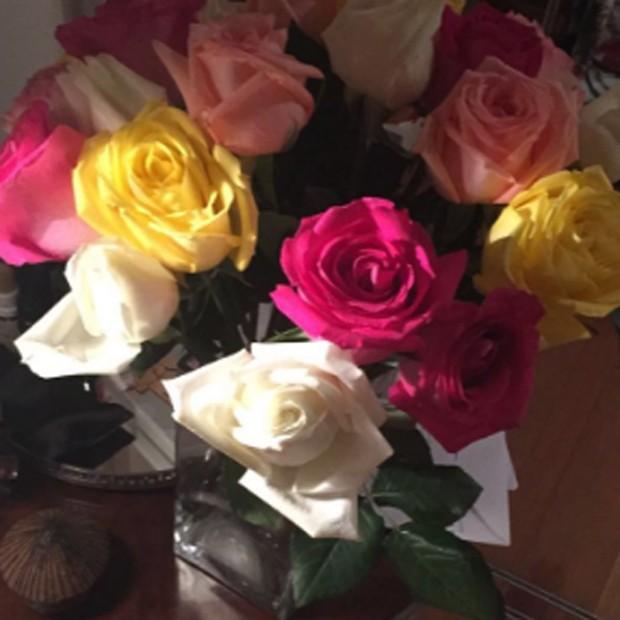 Camila Pitanga mostra flores que ganhou de fãs (Foto: Reprodução/Twitter)