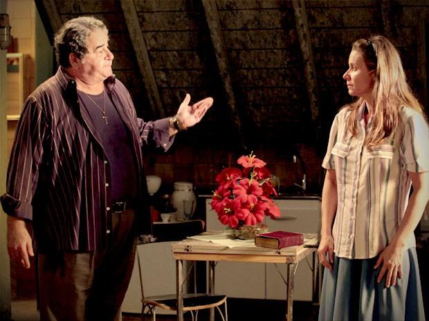 Dolores aceita morar com Diógenes mas sem contato carnal (Foto: Avenida Brasil / TV Globo)