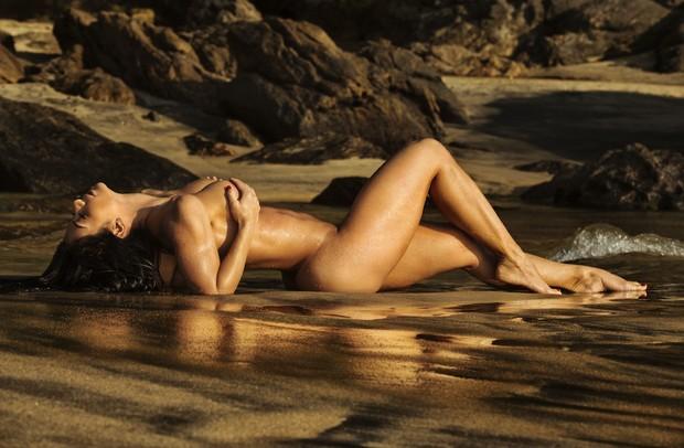 Graciella Carvalho posa nua em ensaio fotográfico.