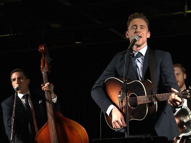 Tom Hiddleston toca em Nashville, depois da première do filme 'I saw the light', cinebiografia de Hank Williams, em 17 de outubro de 2015 (Foto: Mark Schlicher/AP)