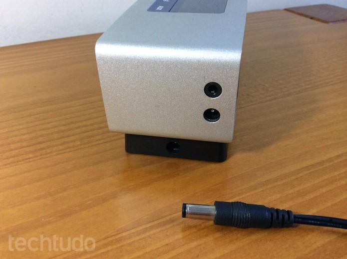 Bateria pode ser recarregada pelo dock ou diretamente na caixa (Foto: Luisa Leite/TechTudo)