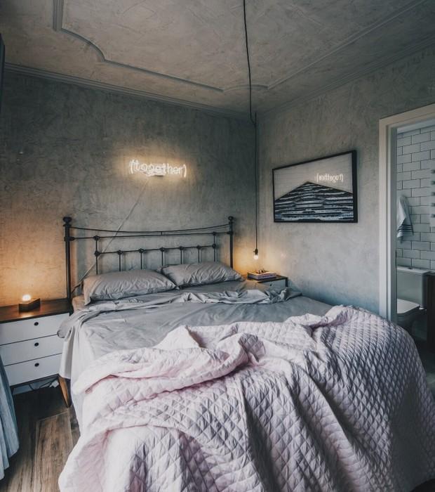 apartamento-escandinavo-Studio-Boscardin-Corsi-quarto-cimento-letreiro-luminoso (Foto: Eduardo Macarios)
