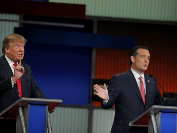 Ps principais pré-candidatos do partido Republicano à presidência dos EUA, o bilionário Donald Trump e o senador Ted Cruz, discutem durante debate do partido nesta quinta-feira (14) (Foto: Chris Keane/Reuters)