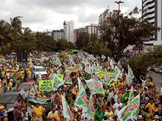 Os manifestantes segue em passeata pela Avenida Beira Mar em Aracaju, no Sergipe, gritando palavras de ordem. (Foto: Tássio Andrade/G1)