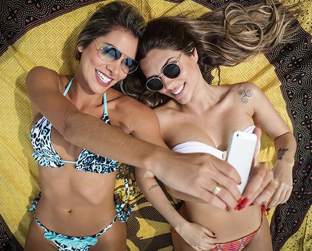 Adriana Santana dá dicas de selfies para a amiga (Foto: Pedro Curi/TV Globo)