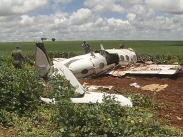 Técnicos vistoriaram o loca do acidente (Foto: Reprodução TV TEM)