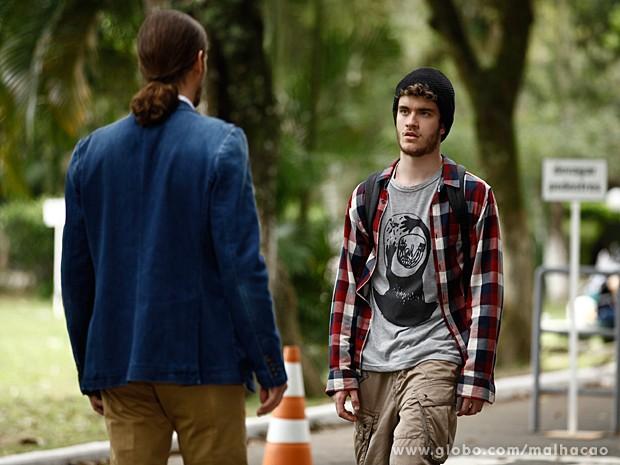 Vitor fica muito surpreso ao encontrar seu pai, depois de tantps anos (Foto: Jacson Vogel / TV Globo)