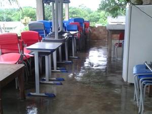 Cadeiras e mesas na casa do prefeito (Foto: Divulgação/Arquivo Pessoal)