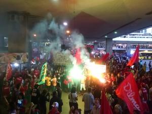 Manifestantes acendem sinalizadores na Rodoviária de Brasília (Foto: Henrique Arcoverde/G1)