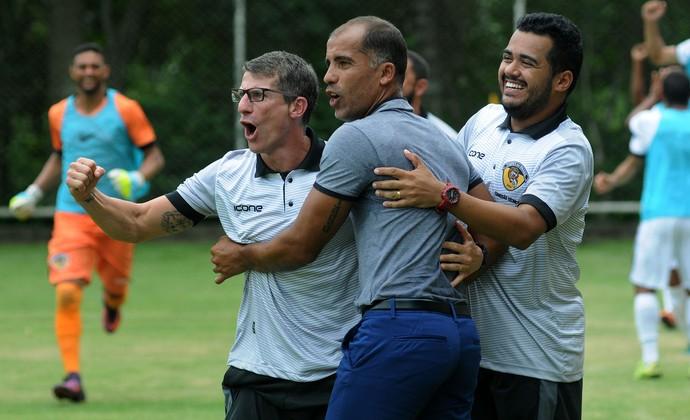 Felipe e Pedrinho comemoram um dos gols do Tigres-RJ (Foto: Alexandre Durão)