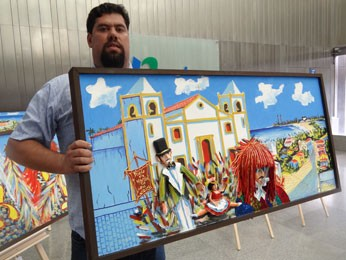 Artista plástico Ricardo Coimbra e sua obra 3D. (Foto: Priscila Miranda / G1)