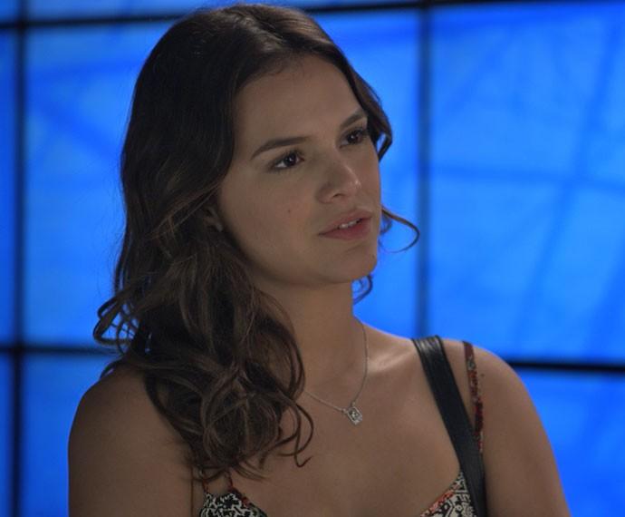 Mari escuta indignada o que Gabo diz (Foto: TV Globo)
