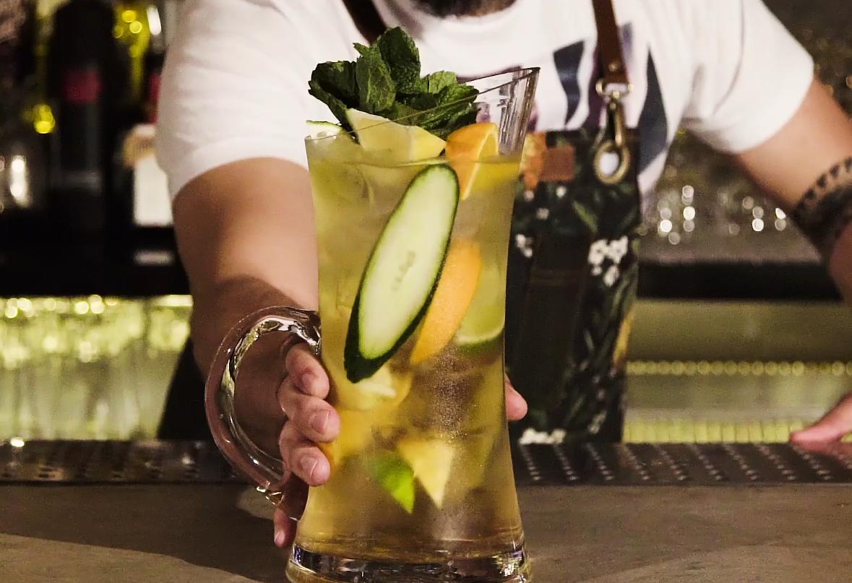 O spritzer feito pelo bartender Márcio Silva, na jarra (Foto: Reprodução/GQ)