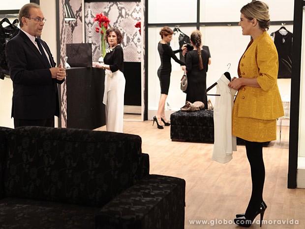 Edith atende Herbert e Tamara fica de olho (Foto: Pedro Curi/TV Globo)
