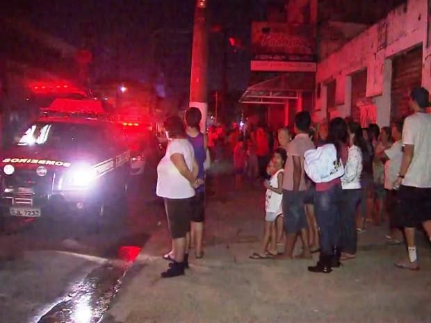 Nenhum dos moradores se feriu após incêndio (Foto: Reprodução/TV Tribuna)