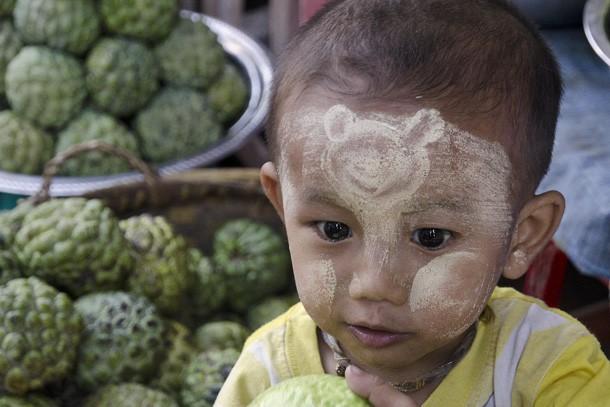 A carinha do filho de uma vendedora de frutas em Monte Popa está protegida com thanaka; o desenho na testa é do Mickey Mouse. (Foto: Haroldo Castro/ÉPOCA)