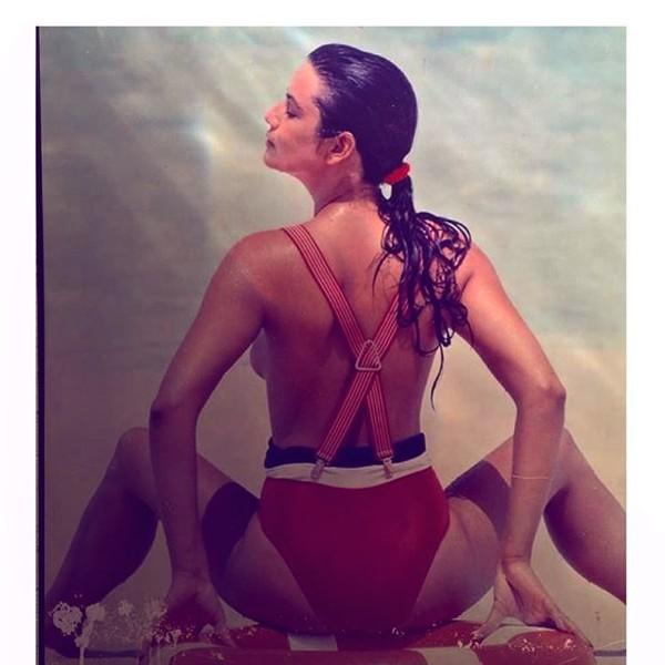 Luiza Brunet posta foto antiga em que aparece de topless e filosofa