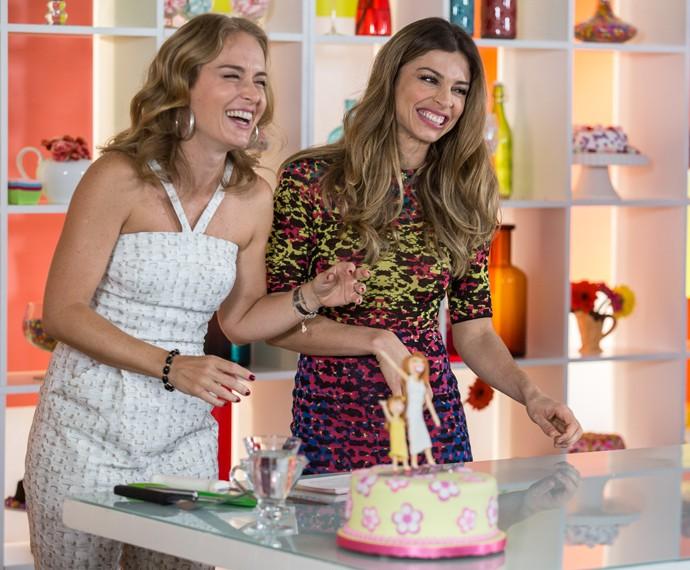 Grazi e Angélica se divertem ao preparar o bolo (Foto: Fábio Rocha/Gshow)