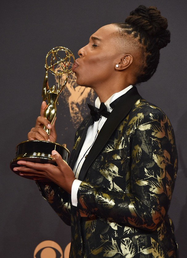 LOS ANGELES, CA - SEPTEMBER 17:  Lena Waithe poses with the award for Outstanding Writing for a Comedy Series for 'Master of None' during the 69th Annual Primetime Emmy Awards at Microsoft Theater on September 17, 2017 in Los Angeles, California.  (Photo  (Foto: Getty Images)