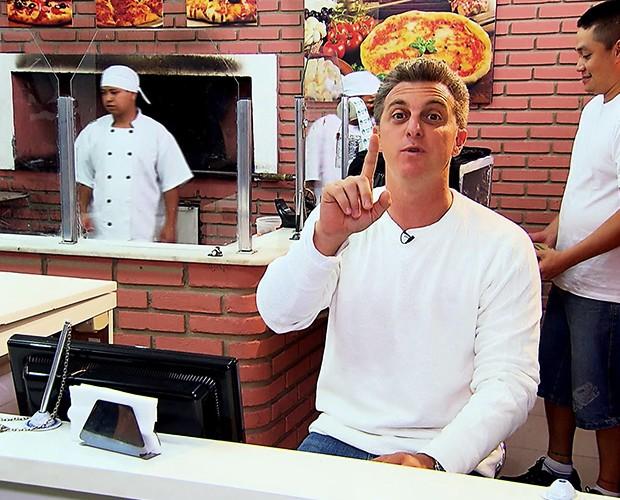 Luciano Huck faz entrega de pizza em São Paulo (Foto: Caldeirão do Huck/TV Globo)