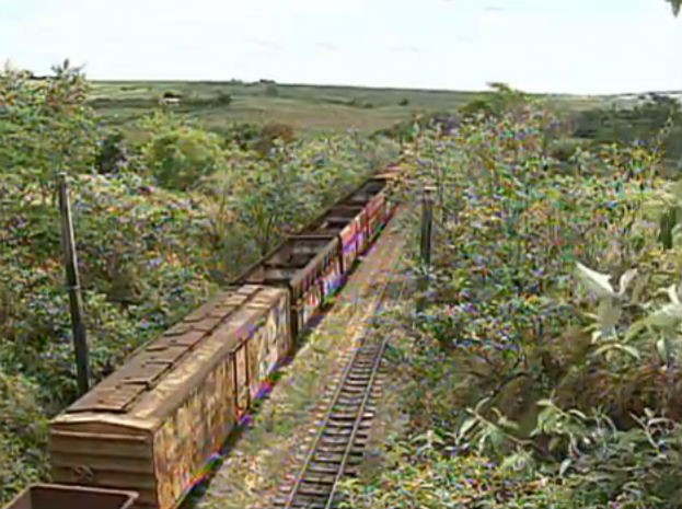 Restos dos vagões abandonados na estação ferroviária estão sendo descartados em área na Zona Rural de Iperó (Foto: Reprodução/TV TEM)