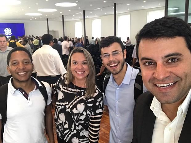 O estudante Vinícius Vieira ao lado da secretária de Comunicação Andreia Lopes; ao lado, Rafael Zanetti, que acompanhou o presidente da Prodest Renzo Colnago (Foto: Divulgação/ Juniores)