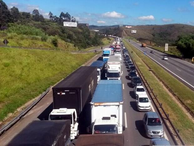 Acidente entre dois caminhões interdita a Castello Branco (Foto: Anderson Cerejo/TV Tem)