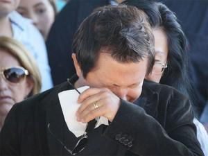 Cantor Giovani foi amparado por familiares durante o enterro da filha em Franca, SP (Foto: Kelven Melo/Palavra Fácil Comunicação)