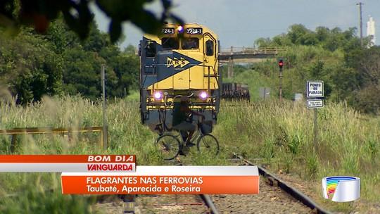 Pedestres se arriscam para atravessar linha do trem nas cidades do Vale