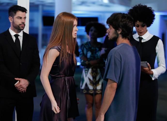 Jonatas é barrado numa festa e não pode acompanhar Eliza por conta das ruas roupas (Foto: TV Globo)