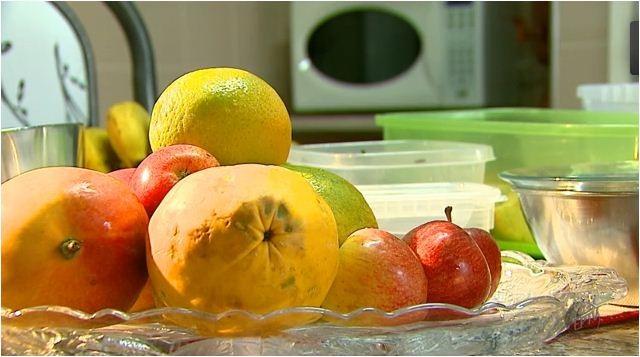 Regina Furtado mostra quais alimentos são bons para conter a anemia (Foto: Reprodução EPTV)