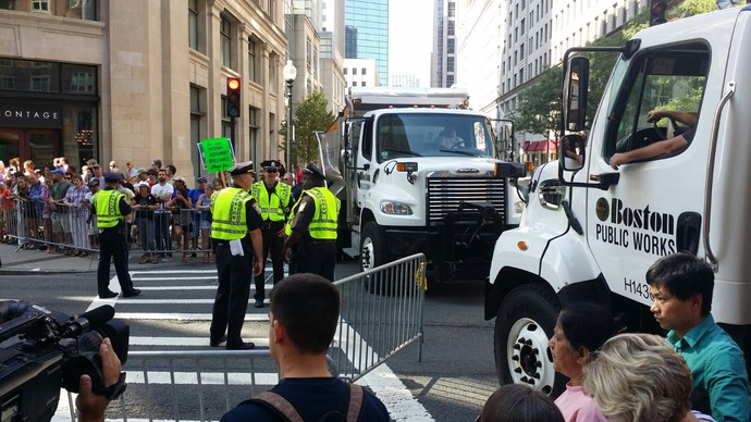 Policiais fazem segurança à espera de Obama (Foto: Márcio Iannacca)