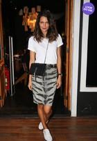 Look do dia: Fernanda Motta combina saia 'animal print' com t-shirt e tênis