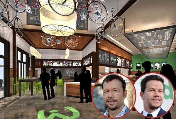 Donnie e Mark Wahlberg abriram com o irmão chef o Wahlburgers, em Massachusetts. O empreendimento deu tão certo que virou tema de reality show (Foto: Getty Images / Divulgação)