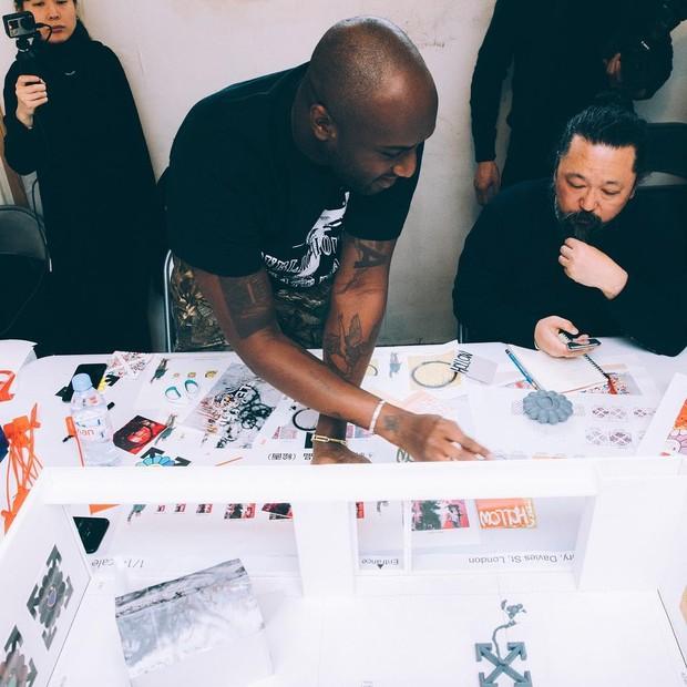 Virgil Abloh e Takashi Murakami trocam ideias sobre a exposição future history (Foto: Reprodução/Instagram)