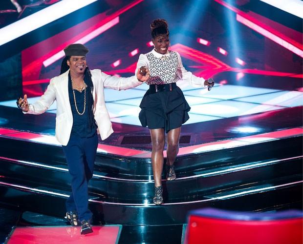 Uma 'princesa' no time: Brown conduz sua nova pupila pelo palco do The Voice (Foto: Isabella Pinheiro/TV Globo)